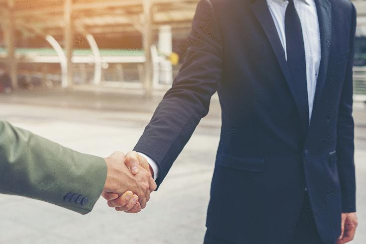 Inbound marketing na advocacia - Advogado cumprimentando outra pessoa com um aperto de mão